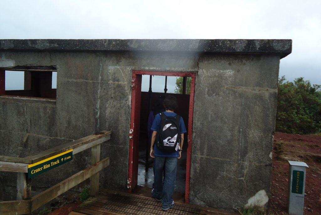 Escalando-o-vulcão-Rangitoto-na-chuva--bunker