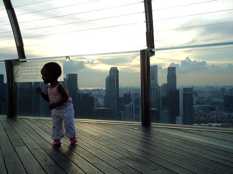 crianca no deck marina bay sands