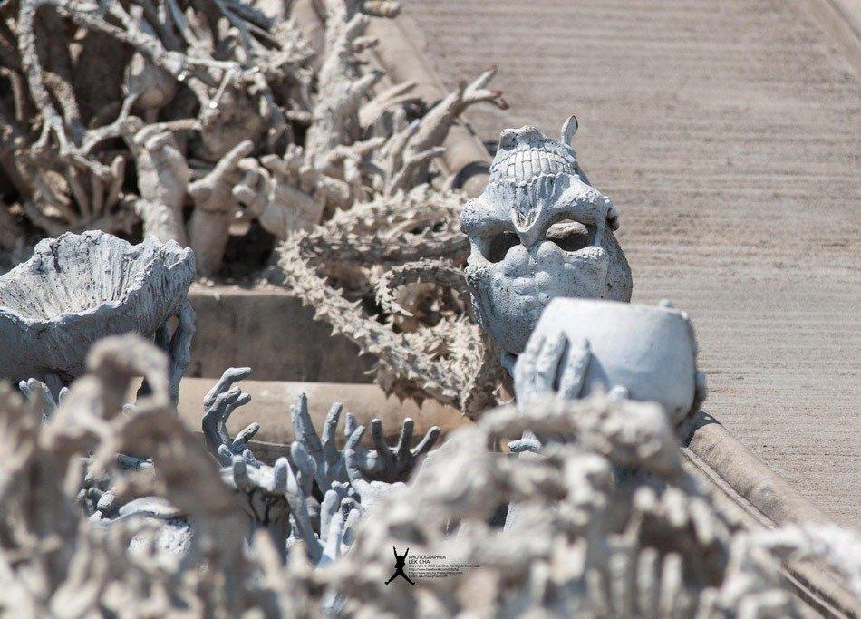 O majestoso tempo branco da Tailândia Wat Rong Khun ponte cranio