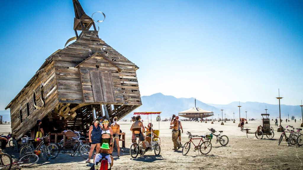 burning man casa inclinada bicicletas