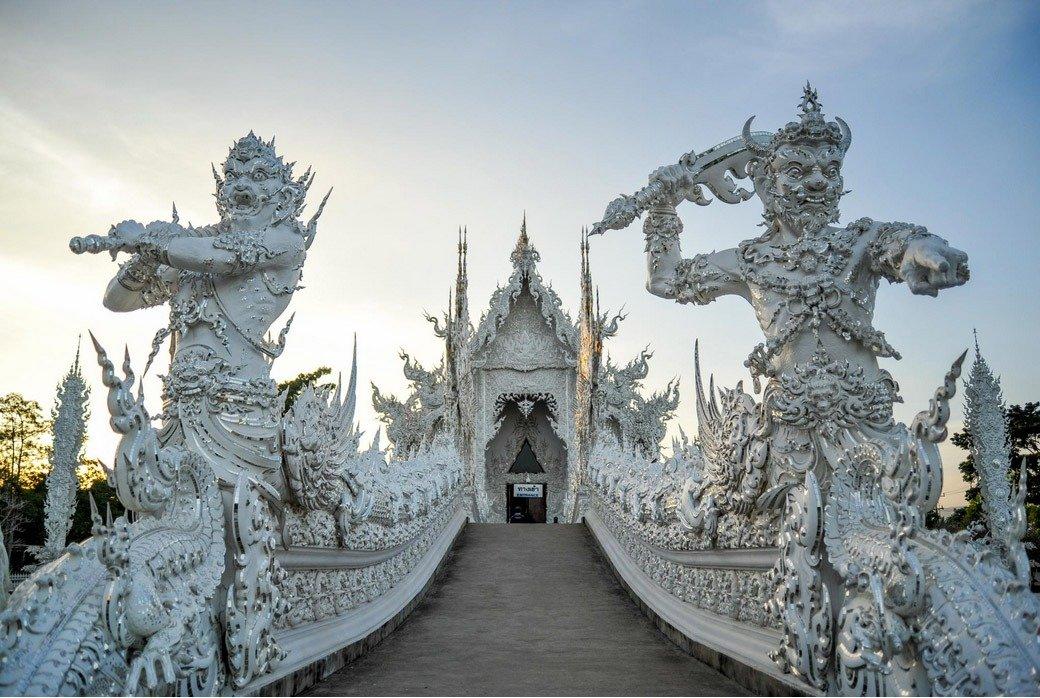 templo branco Tailândia wat Rong Khun guardioes