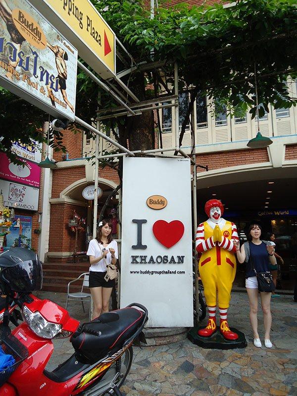 Khosan Road a rua sagrada para os mochileiros na Tailândia comida mc donalds