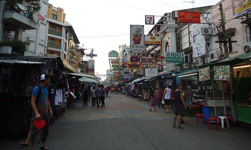 Khao san Road a rua sagrada para os mochileiros na Tailândia lojas