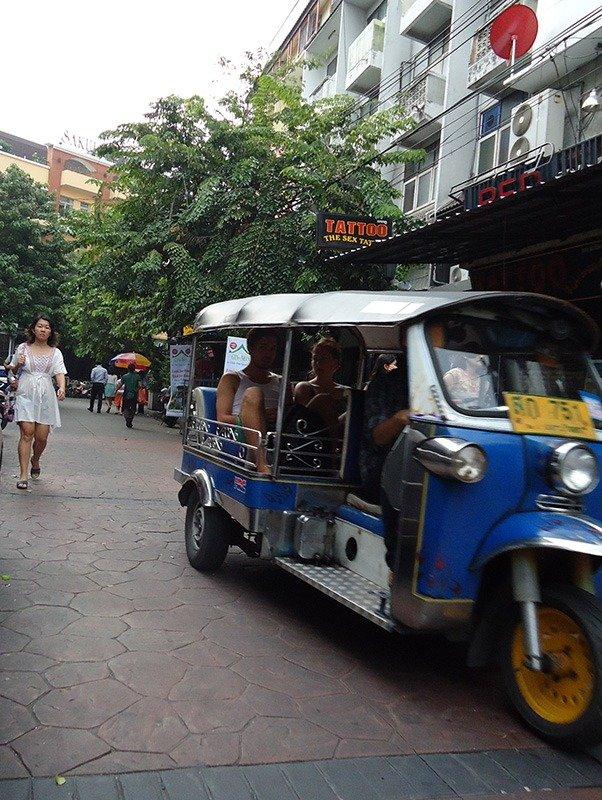 Khosan Road a rua sagrada para os mochileiros na Tailândia tuk tuk