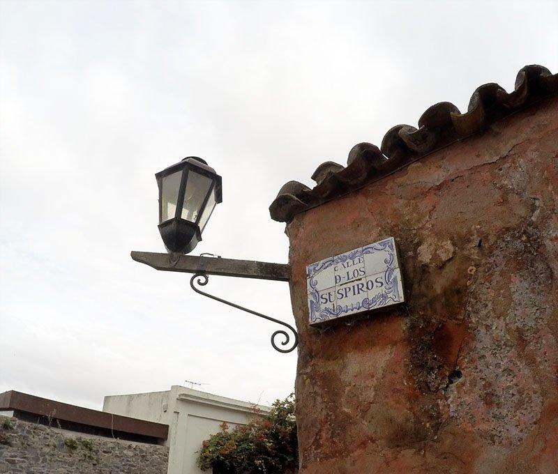 um dia Colonia del Sacramento o que fazer uruguai calle de los suspiros placa