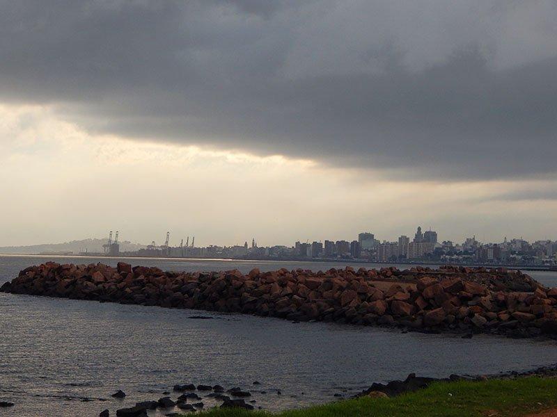 Descubra Montevideo uruguai atrações farol carreta chuva