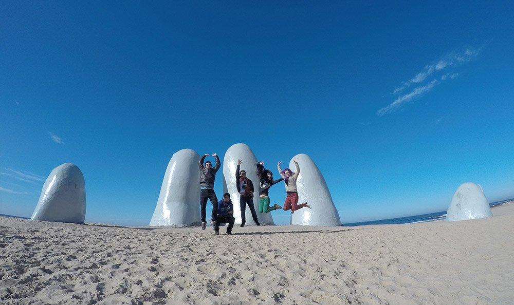 pulo mão na areia em punta del este uruguai