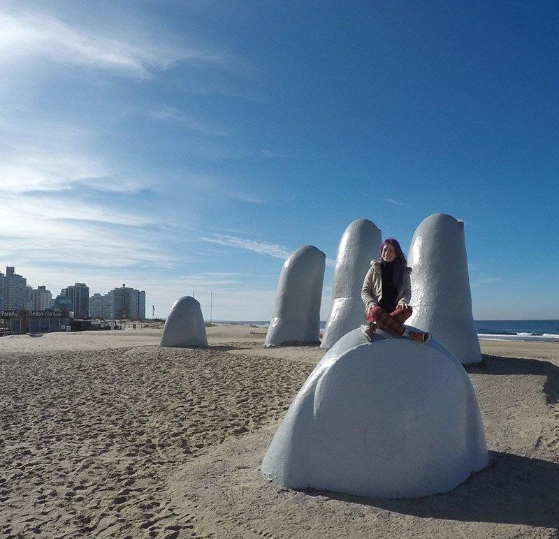 escultura mão punta del este uruguai