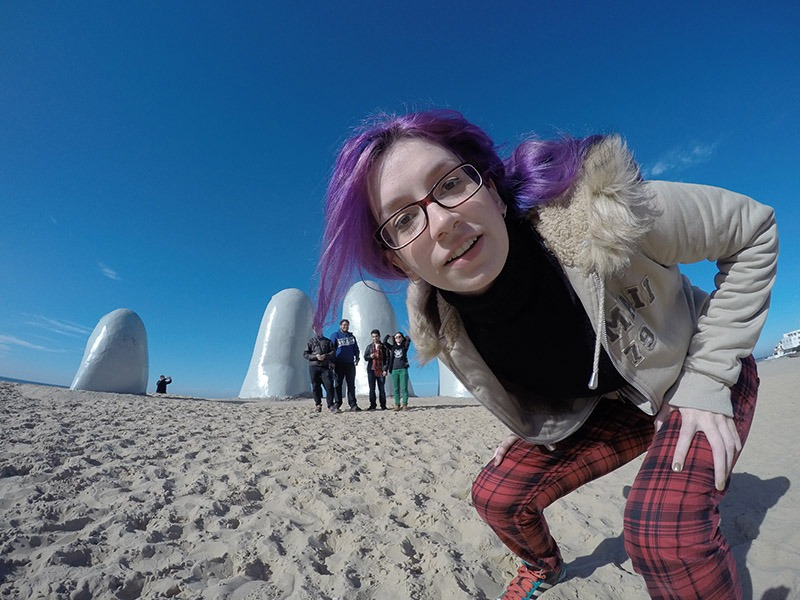 mão na areia em punta del este uruguai