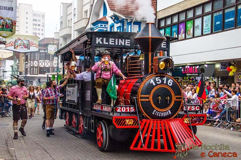 desfile-oktoberfest-blumenau-tipico-trem