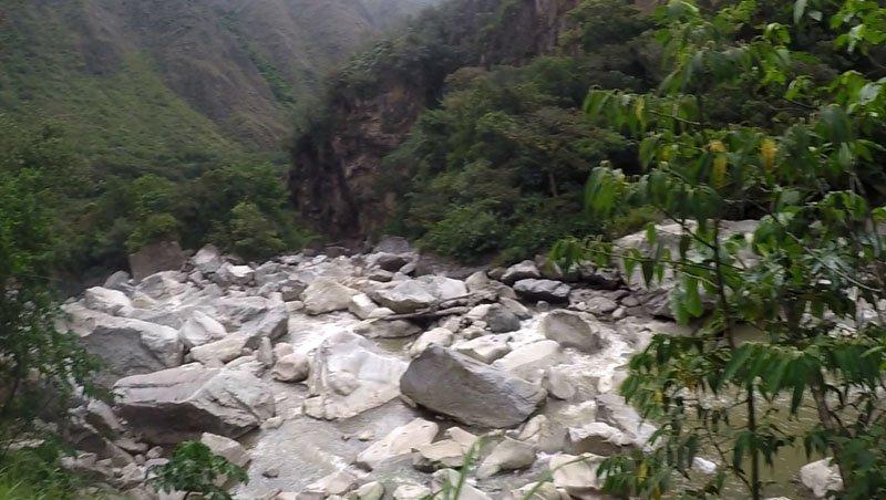 Machu Picchu barato caminho pela hidrelétrica van trilha pedras
