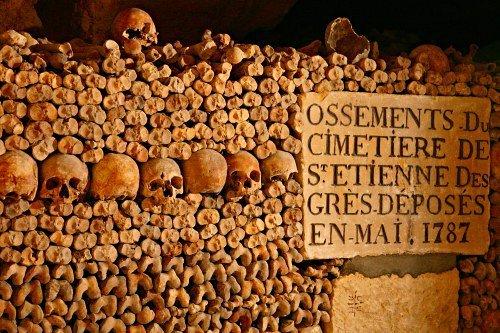 curiosidades paris catacumbas ossos
