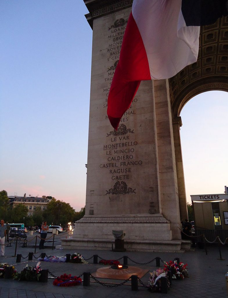 Chama acesa na base do Arco do Triunfo