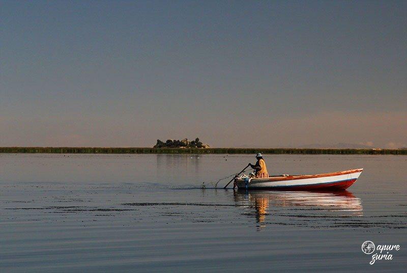 ilhas flutuantes de uros titicaca puno barco