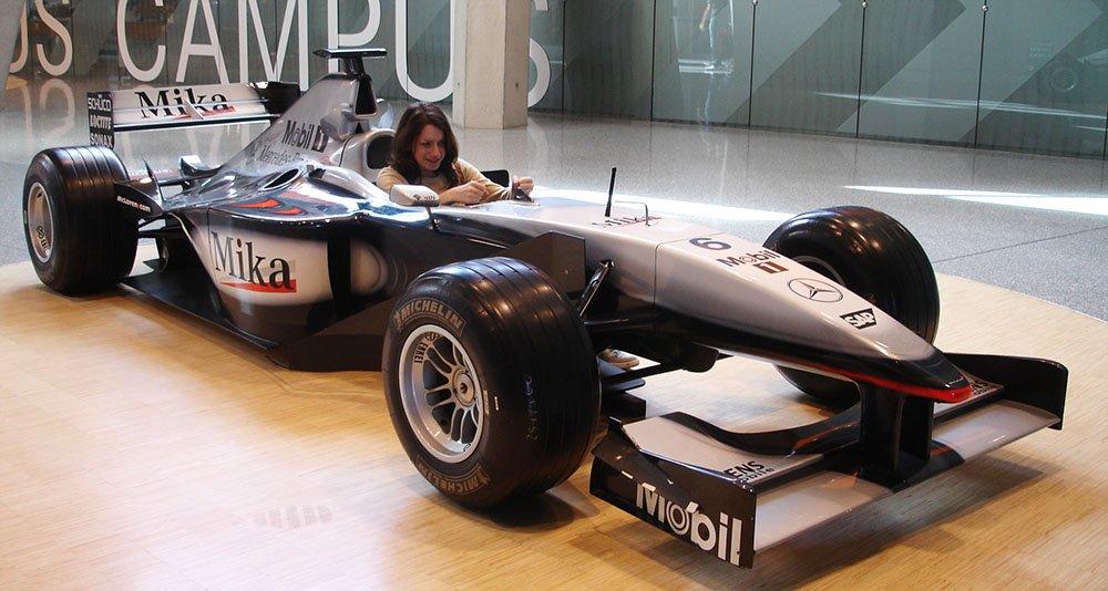 Museu Mercedes-Benz na Alemanha carro formula 1 Mika Häkkinen.