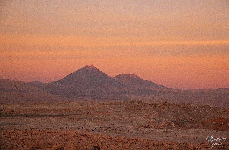 por do sol laranja vulcao licancabur Valle de La Luna atacama