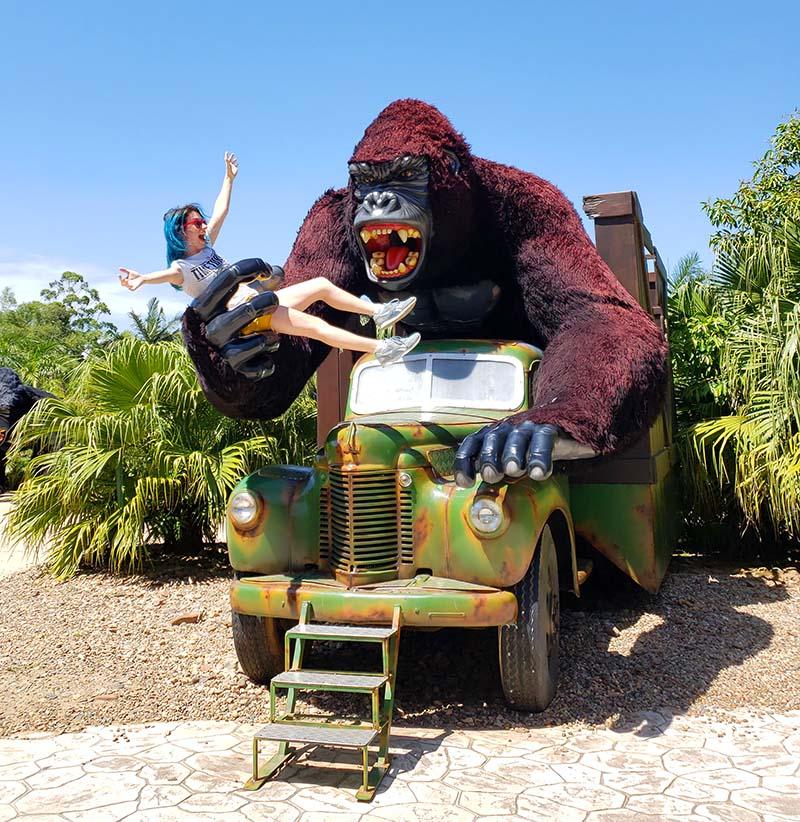 gorila gigante segurando mulher monga beto carrero