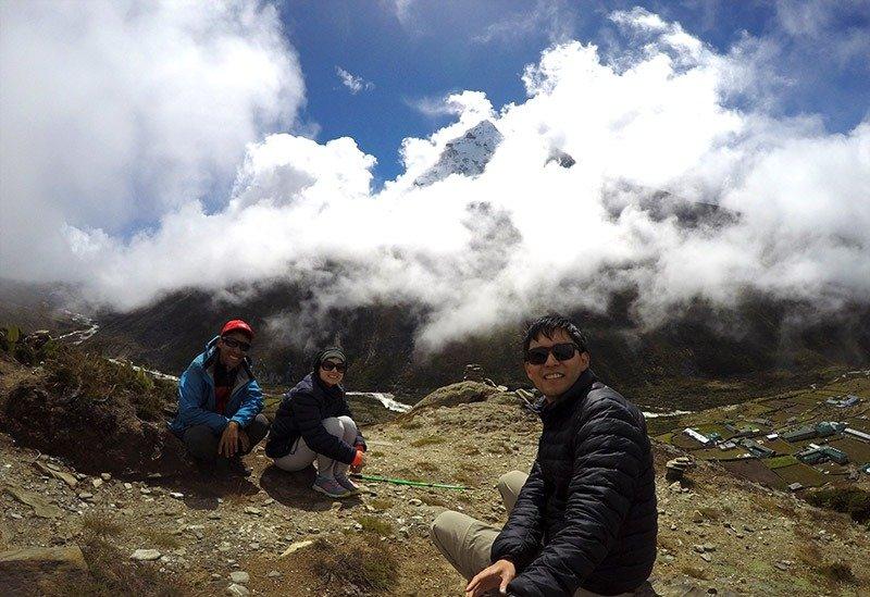 everest coberto por nuvens trekking