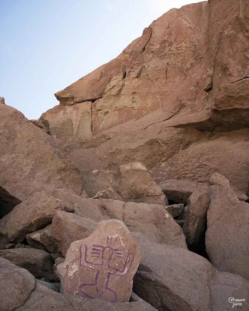 valle del arcoiris petroglifos mulher