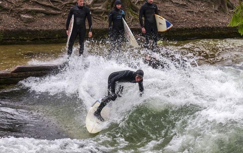 surfistas em munique na alemanha eisbach