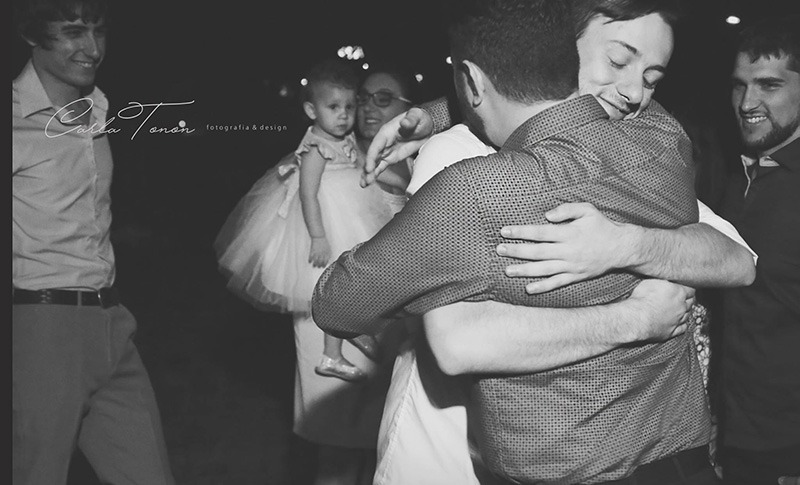 abraço noivo convidado casamento tematico