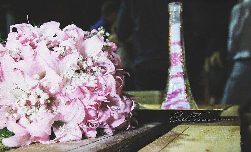 buque de lirios cerimonia da areia colorida torre eiffel casamento de viagem
