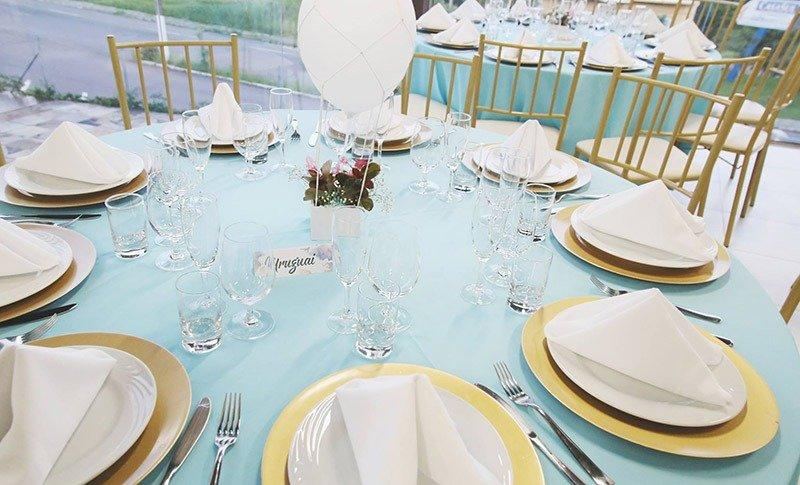 mesa de decoracao de casamento azul turquesa pratos