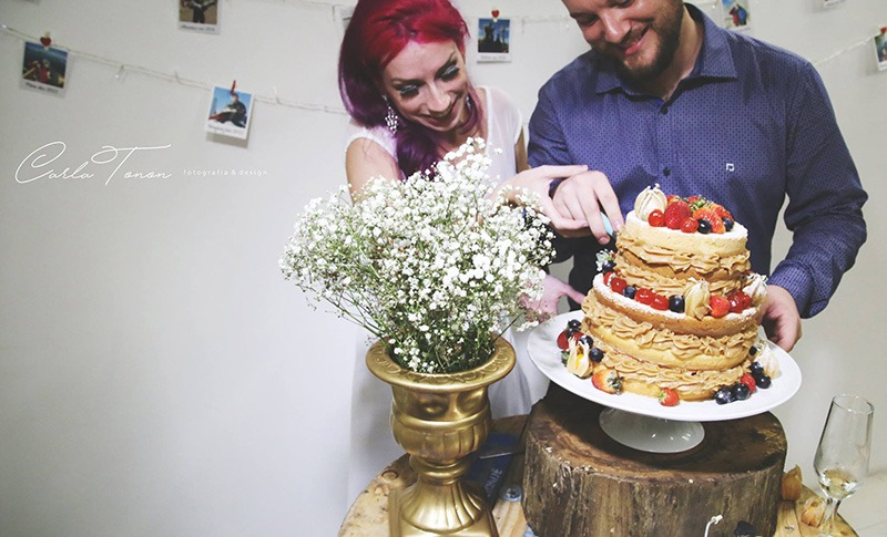 noivos cortando o bolo no casamento de viagem