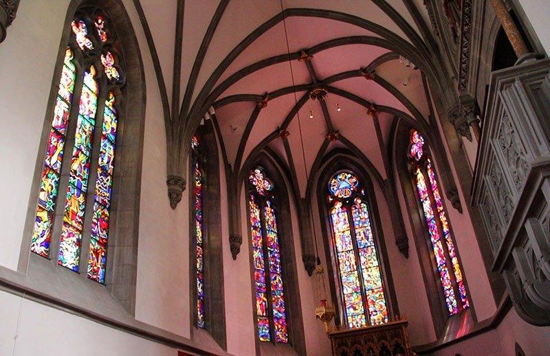 interior da catedral liechtenstein vitrais vaduz