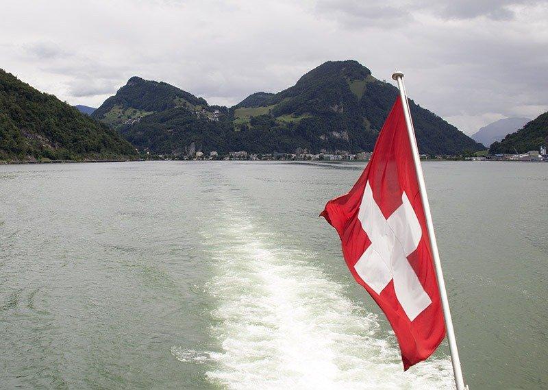 bandeira barco lago da suica lucerne