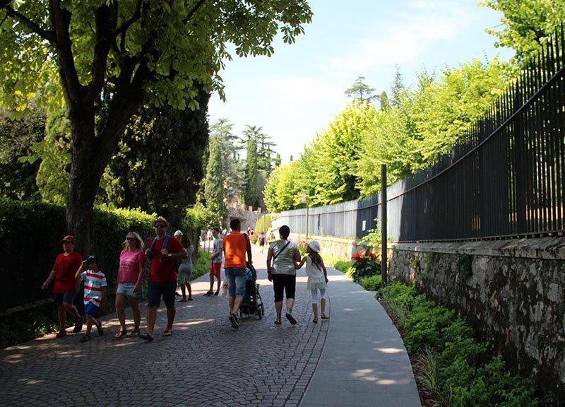 caminho para ruinas romanas norte da italia sirmione