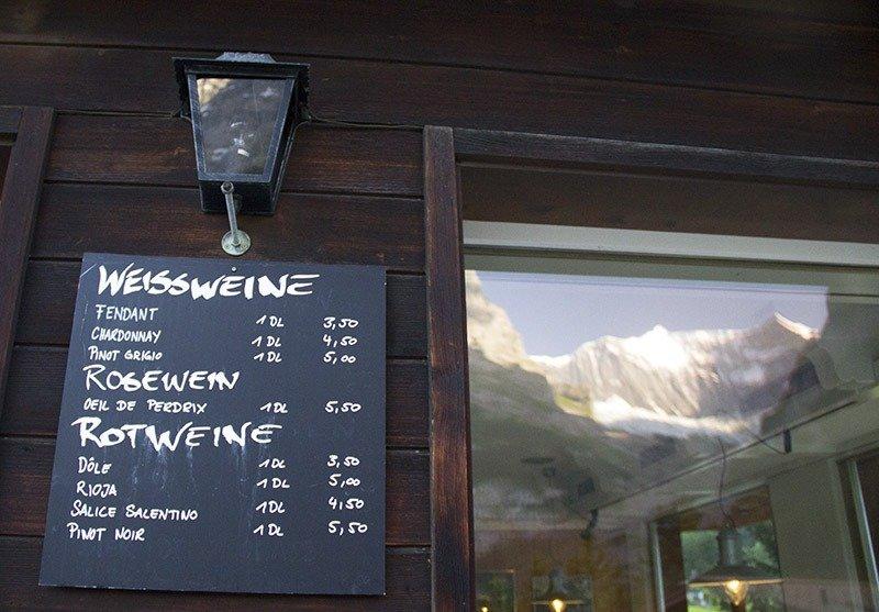 montanha refletida na janela hotel alpenblick