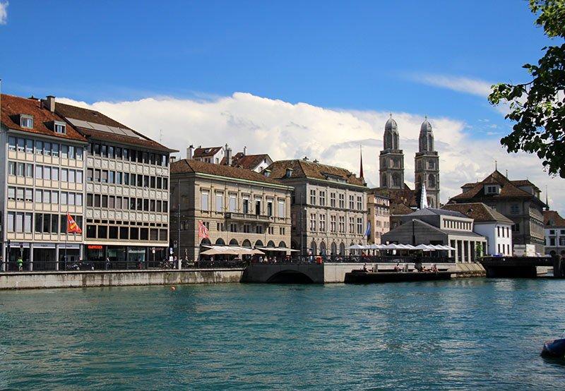 roteiro em zurique rio limmat grossmunster na suica