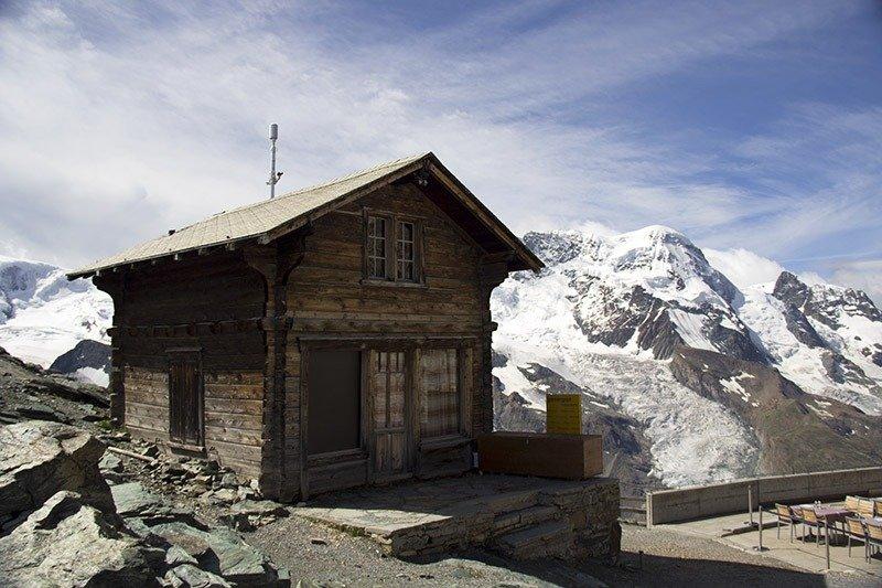 casa nas montanhas com neve gornergrat suica