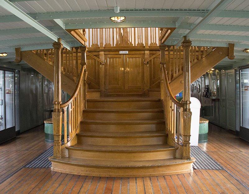 interior barco suica lago thun