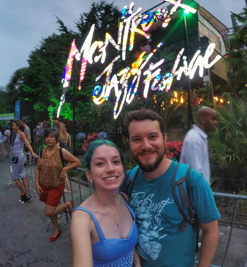 casal em frente ao letreiro do festival
