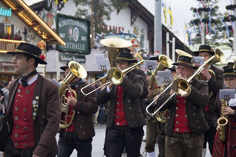 musicos desfile oktoberfest alemanha