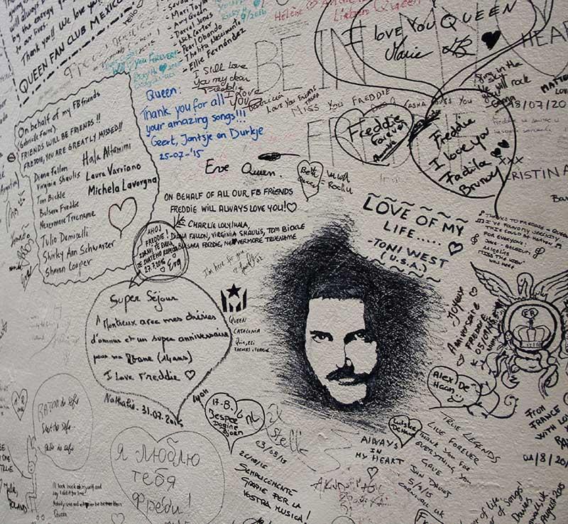 parede rabiscada com mensagens de amor ao queen