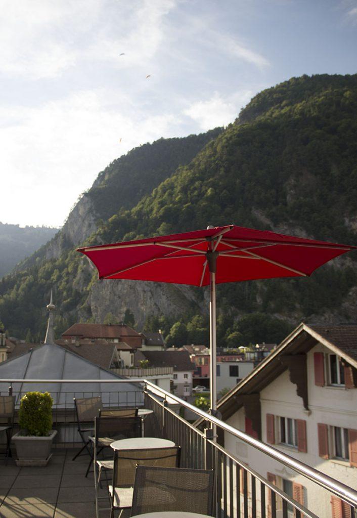 varanda hostel em interlaken suica paragliding