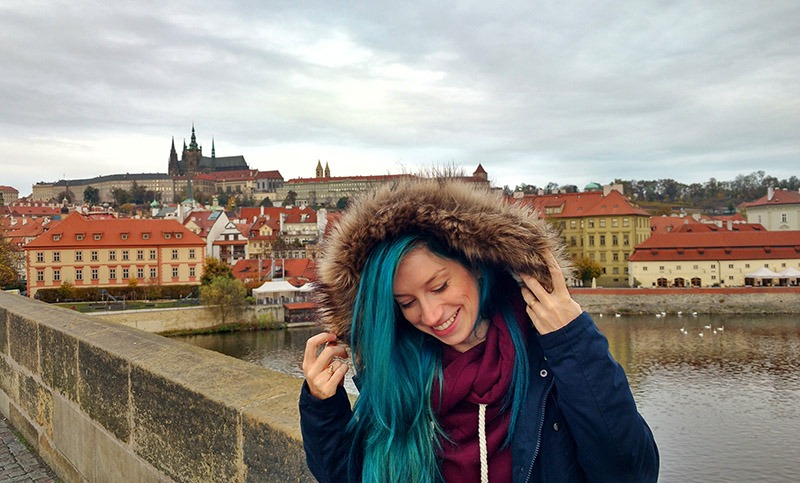 vista da ponte charles em praga frio inverno