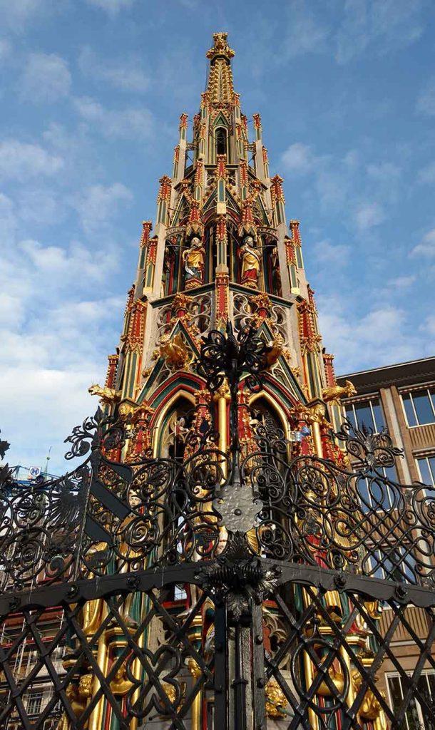 fonte dourada marktplatz nuremberg feira de natal