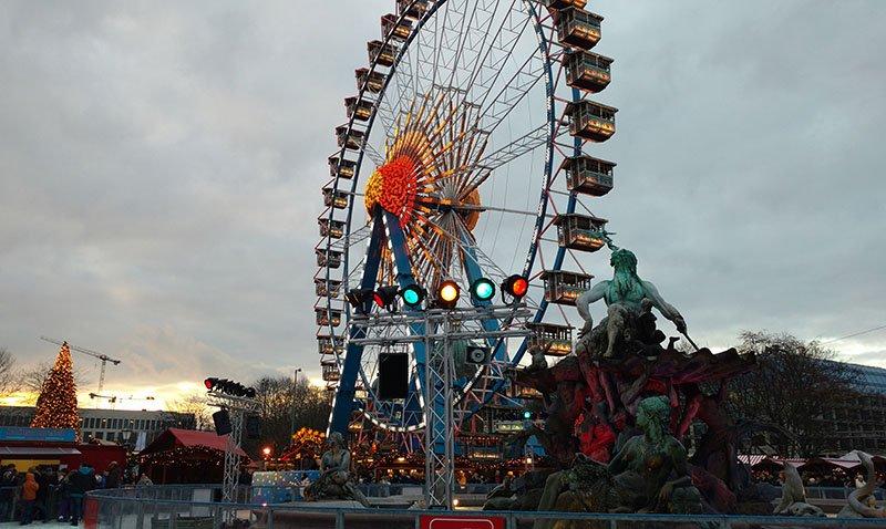 alexanderplatz fonte de netuno patinacao no gelo feiras de natal