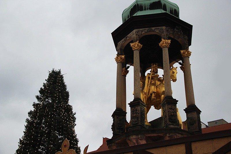 estatua de ouro praca magdeburg