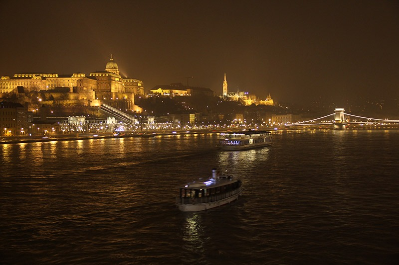 budapeste a noite iluminação predios rio