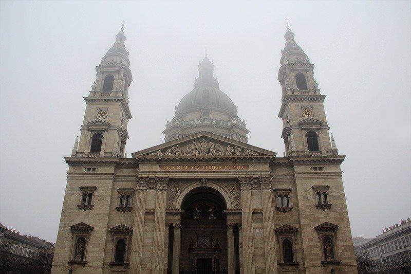 catedral de budapeste neblina