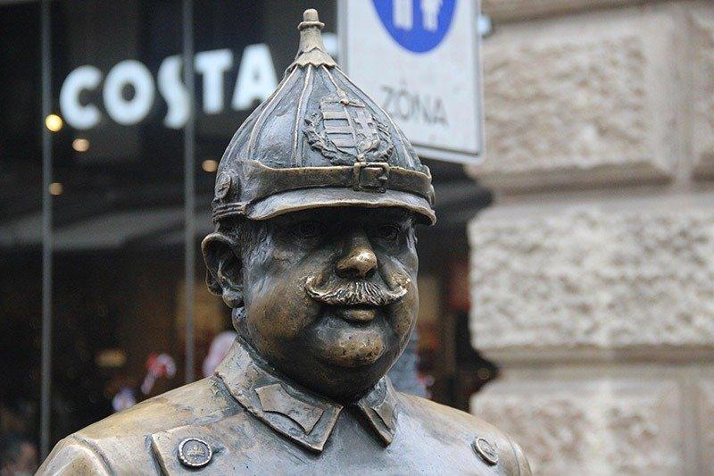 estatua sorridente faceira budapeste