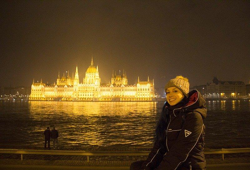 parlamento iluminado a noite budapest