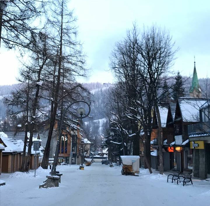 centro de zakopane com neve na europa