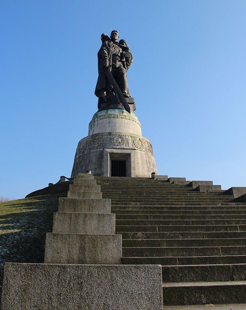 estatua soldado sovietico destruindo suastica