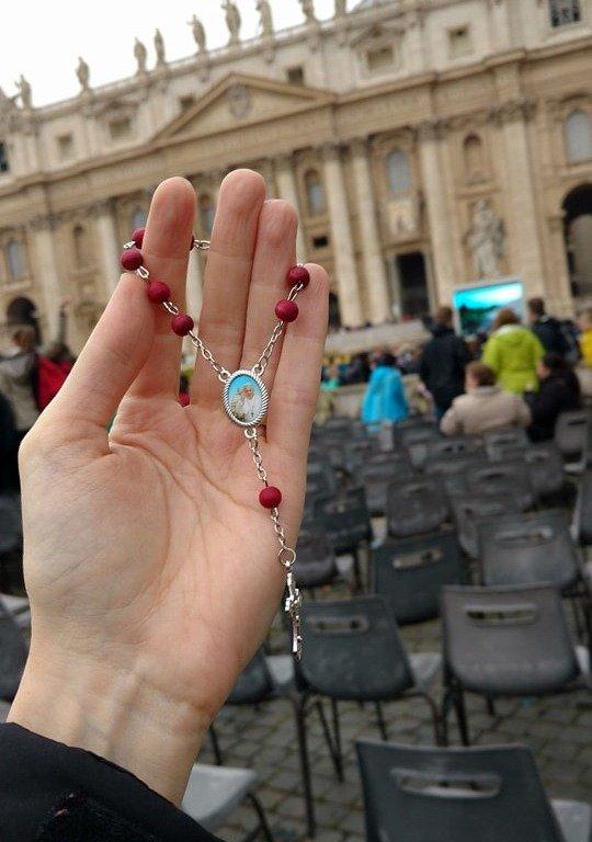 corrente abençoada pelo papa francisco no vaticano